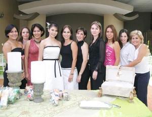 Evelyn Galindo Reyes , acompañada de algunas amistades en su despedida de soltera