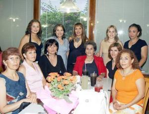 <u><i> 26 de septiembre de 2004</u></i><p>  Pina Martínez, acompañada de algunas invitadas a su fiesta de regalos.