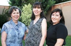 <u><i> 26 de Septiembre de 2004</u></i><p>  Laura Martínez de Duéñez en compañía  de las organizadoras de su fiesta de canastilla, Laura Morales de Martínez y Marly Sánchez  de López.