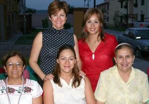 Selene Mascorro de Solís en compañía de algunas de las invitadas a la fiesta de regalos, la cual le ofrecieron en honor al bebé que espera.