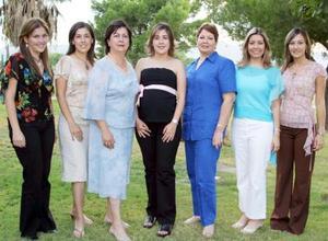 <u><i> 28 de septiembre de 2004</u></i><p>  Aída de Jaidar acompañada por algunas de las asistentes a la fiesta de regalos que le ofrecieron en honor del bebé que espera.