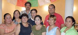 Mireya Gabriela Lare Hernández en la fiesta que le ofrecieron un grupo de amistades, con motivo de su despedida de labor como docente.