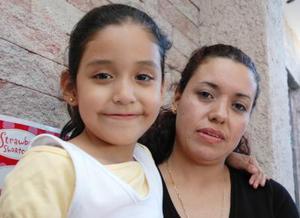 <u><i> 29 de Septiembre de 2004</u></i><p>   Gabriela Anahí García Castillo junto a su mamá Teresa Castillo, el día que festejó su séptimo cumpleaños.