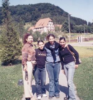 Ana María Valdés con sus hijas Martha, Ana y Lupita Ochoa Valdés, en sus más recientes vacaciones en Innbrusck, Austria.