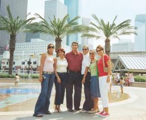 Esmeralda Yáñez, Gabriela Yáñez, Humberto Aguilera, Brenda García, Gaby García y Anabelle Ramírez, en el  acuario Down Town en Houston, Texas.