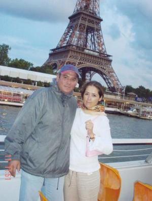 <u><i> 27  de septiembre de 2004</u></i><p>  Federico Jiménez de Dios y Elizabeth Nájera de Jiménez en  paseo por el Río Sena a la altura de la Torre Eiffel en París, Francia, donde celebraron su segundo aniversario de matrimonio.
