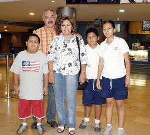 Víctor y Laura Medina con sus hijos Laura, Víctor y Jorge.
