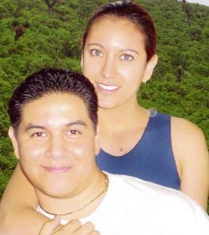 <u><i> 01 de octubre de 2004</u></i><p>  Marybel Valenzuela y Omar Francisco Gutiérrez festejan hoy cinco años de noviazgo.