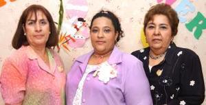 Eira Gutiérrez de Santibañez acompañada por las organizadoras de su fiesta de canastilla, que le ofrecieron a su bebé.