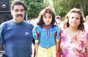 Debany Esmeralda Torres Cruz acompañada por sus papás, en la fiesta infantil que le prepararon por suis años de vida.