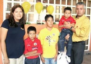 Yafeth, Alan y Jorge Castañeda celebraron tre, ocho y once años de vida, respectivamente, con un grato convivivo que les preapararon en días pasados.