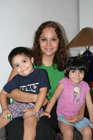 <u><i> 02 de octubre de 2004</u></i><p>  Yelile Depp de Castro con sus hijos Yelile y Sebastián Castro Depp.
