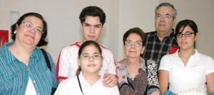 Arturo, Mercedes, Magdalena, Francisco, Meche y Ana Isabel Gallegos viajaron con destino a Cuernavaca.