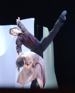 En una mezcla de danza clásica y contemporánea, el ballet presentó una Cenicienta muy conceptual.