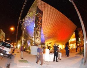 La del dos de octubre no fue una noche cualquiera en La Laguna. Desde antes de las 20:00 horas comenzaron a arribar hasta el inmueble de Matamoros y Cepeda los invitados especiales y las autoridades.