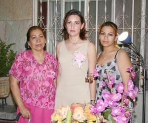 Amelia Ríos González acompañada por las anfitrionas de su festejo pre nupcial