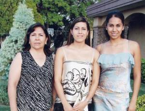 -América Rangel Gutiérrez junto a su mamá Elena Gutiérrez de Rangel y su hermana Elena en la despedida que le ofrecieron