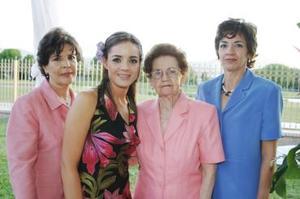 Marcela junto a las señoras Laura Sánchez de Pérez, Martha Peña de Leal y Blanca Guerra de Sánchez y Sánchez, anfitrionas del festejo