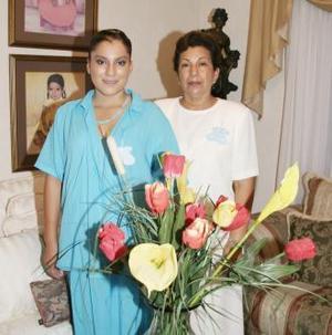 Arlette Rivas de Rascón acompañada por su mamá, María Luisa Macías de Rivas, quien le ofreció una fiesta de canastilla hace unos días