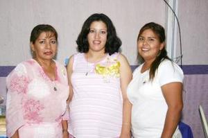 Claudia de Fematt acompañada por las organizadoras de su fiesta de canastilla, Graciela Mares y Michelle Fematt