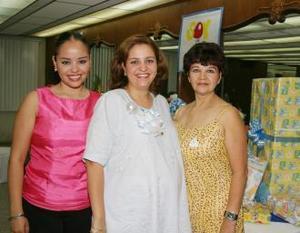 Maricarmen Sandoval de Mijares con las anfitrionas de su fiesta de canastilla, Mayra Sandoval y Maricarmen de Sandoval