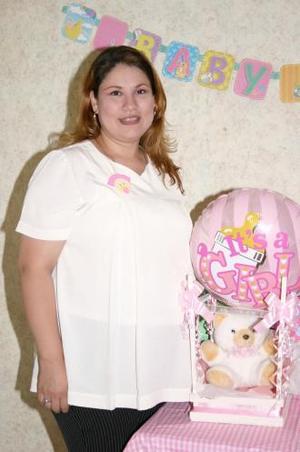 <u><i> 04 de octubre de 2004</u></i><p>  Lorena Estrada de Armendáriz disfrutó de una fiesta de canastilla que le ofrecieron un grupo de amigos