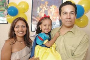 Andrea Yamile Soto Ávila junto a sus papás Carmen Ávila de Soto y Sergio Alberto Soto Sosa el día de su tercer cumpleaños