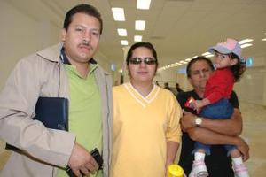 <u><i> 03 de octubre de 2004</u></i><p>  Mario Antuna viajó a Italia, lo despidieron sus familaires