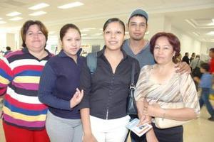 Adiacne Murillo Rico viajó a Tijuana, la despidieron Lourdes Rico, Angélica Perea, Carlos Murillo y Virginia Martínez}