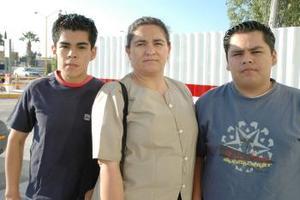 <u><i> 03 de octubre de 2004</u></i><p>  Yolanda Jiménez viajpo a Tijuana, la despidieron sus hijos Jonathan y Sergio Pérez