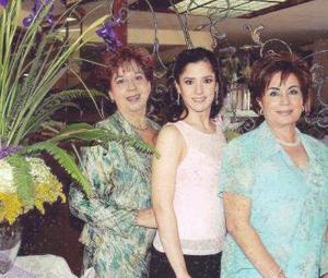Lucía Ortega Hernández junto a su mamá Lucía Hernández de Ortega y su futura suegra, Alma Rosa Escobedo de Campos.