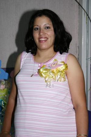 Claudia de Fematt espera el nacimiento de su bebé y  por tal motivo recibió múltiples felicitaciones en la fieta de canastilla que le ofrecieron recientemente