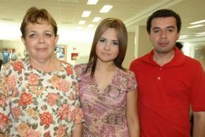 <u><i> 05 de octubre de 2004</u></i><p>  Laura Rodríguez viajó a Cancún, la despidieron su mamá Luz MAría Zamarrón y su hermano, Alejandro Rodríguez.