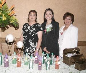 <u><i> 07 de octubre de 2004</u></i><p>  Silvia junto a su mamá, Sra. Silvia Romo de Leal y su futura suegra, Sra. Patricia Miranda de De Anda.