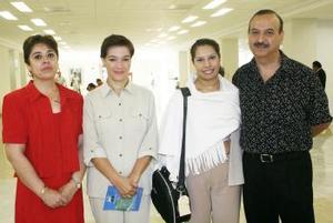 <u><i> 07 de octubre de 2004</u></i><p>  Adriana Macías llegó de Guadalajara y fue recibida por Óscar Rodríguez, Isabel Jaik y Lety de Campos.