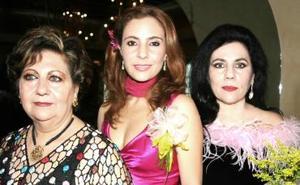 Bety Garza del Valle acompañada por las señoras Bety del Valle de Garza y Zaine Bechelani de Chibli, anfitrionas de su festejo pre nupcial.