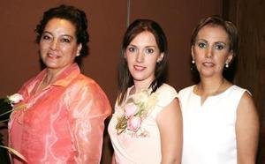 Ana Cristina Sandoval recibió numerosas felicitaciones, en la despedida que le organizaron María Cristina Yarza de Sandoval y Laurencia Silveyra de Morales.