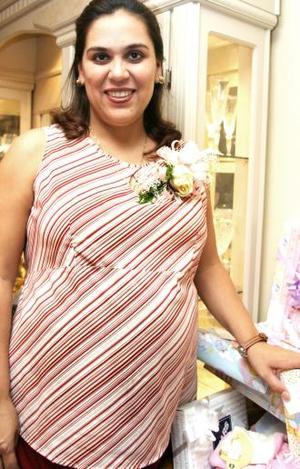 <u><i> 09 de octubre de2004</u></i><p>  Verónica Álvarez de Martínez recibió numerosos obsequios, en la fiesta de canastilla que le prepararon sus familiares en honor del bebé que espera.