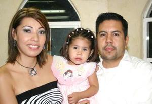 Andrea Donato García acompañada por sus paás, Missael Donato y Cristina Garcia, el día que cumplió dos años de vida.