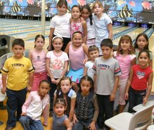 <u><i> 09 de octubre de 2004</u></i><p>  Natalia aguilar acompañada por un grupo de amiguitos, en la fiesta que le prepararon por su octavo cumpleaños.