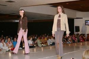 """Las """"juniors"""" engalanaron el escenario al vestir minifaldas con chaquetas de algodón combinadas con una playera estampada en la parte de abajo, sólo por citar algunos de los atavíos de la moda para jovencitos."""