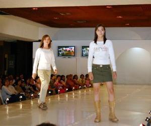 """Enseguida, las """"juniors"""" engalanaron el escenario al vestir minifaldas con chaquetas de algodón combinadas con una playera estampada en la parte de abajo, sólo por citar algunos de los atavíos de la moda para jovencitos."""