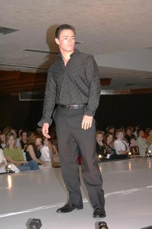 Los caballeros modelaron desde un traje hasta un conjunto completamente casual.