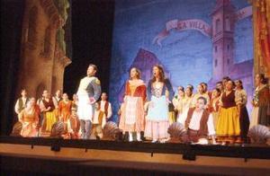 Y mención aparte merece la intervención del Coro del Instituto Coahuilense de Cultura (Icocult) Laguna, que bajo la dirección de Francisco Valdés Barba acompañó con sus sopranos, contraltos, tenores y bajos a la Camerata