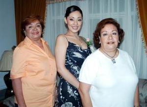Concuelo Ramos Álvarez acompañada por sus tías, Yolanda Álvarez de Hernández y Evangelina Álvarez