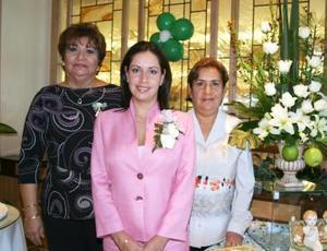 Guadalupe de la Torre Carreón acompañada por las organizadoras de su despedida de soltera, Rosa Elena Carreón y María del Socorro Rodríguez de González.