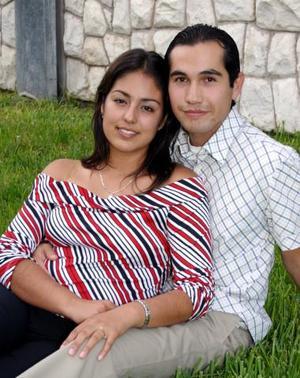 Edna PAola Velazco Simental y César Augusto Lara de la Cruz contraerán matrinio en breve, por tal motivo disfrutaron de una despedida de solteros.