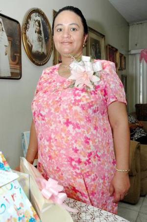 Blanca Margarita Reza Rodríguez captada en el festejo que le prepararon con motivo del bebé que espera