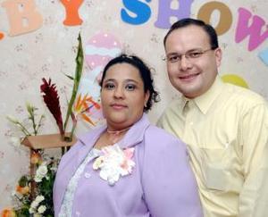 Eira Yadira Gutiérrez acompañada de su esposo Christian Santibáñez Rodríguez