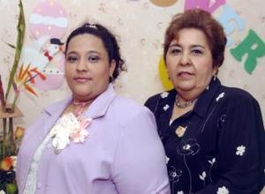 Eira Yadira Gutiérrez de Santibáñez con la organizadora de su fiesta de canastilla, Sra,. Hilda Estela T. de Gutiérrez